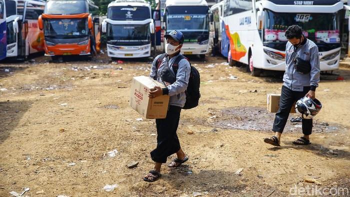 Deretan bus terparkir di terminal AKAP Pasar Lembang, Ciledug, Tangerang, Banten, Jumat (31/7/2020). Para agen bus mengakui bahwa mudik Idul Adha tahun ini sepi pemudik.