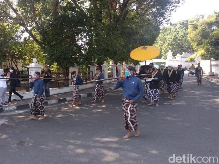 Suasana pembagian ubarampe gunungan berupa rengginang oleh Keraton Yogyakarta, Jumat (31/7/2020).