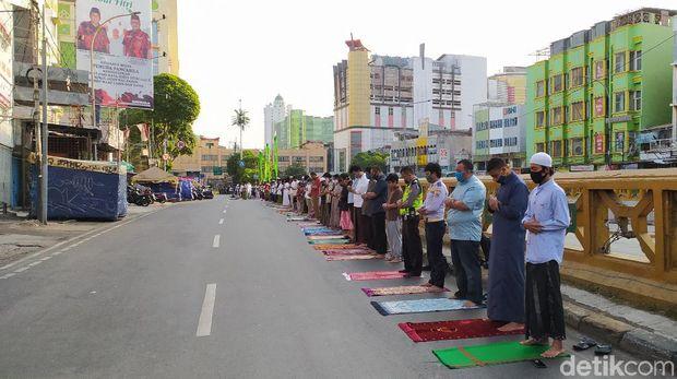 Suasana salat Idul Adha 1441 H di Masjid Jami Al Ma'mur Tanah Abang berjalan tertib dan khidmat (Tiara Aliya/detikcom)