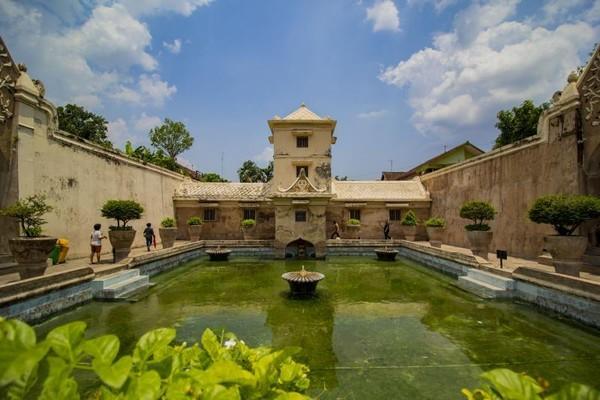 Situs Taman Sari berdiri tahun 1785 yang ditandai dengan candra sengkala catur naga rasa tunggal (tanda istana baru) oleh Sri Sultan Hamengkubuwono I. (Rofika Dwi/dtraveler)
