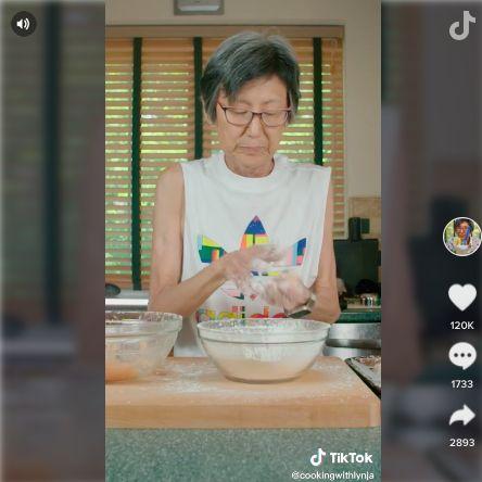 Video TikTok Nenek Lynja masak