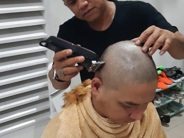 Wakil Wali Kota Palu Sigit Purnomo Said atau Pasha Ungu mencukur rambut usai kontroversi rambut pirang.