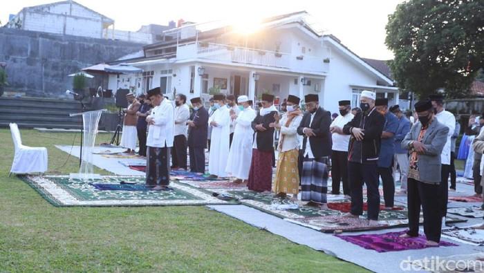 Walkot Cimahi Ajay Priatna salat Idul Adha di halaman rumah pribadi