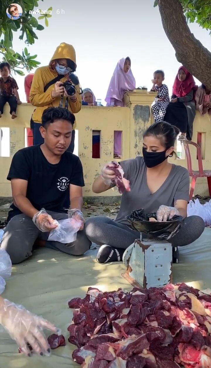 Momen Berkurban Awkarin di Pulau Tunda