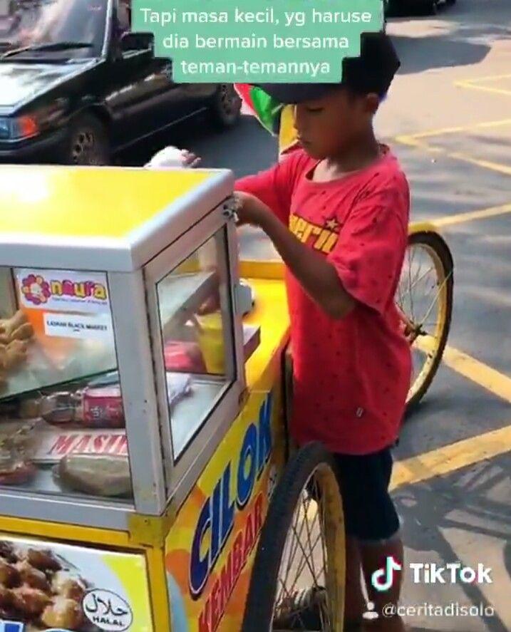Bocah Ini Jualan Cilok Keliling Demi Beli Kuota Internet untuk Sekolah Daring
