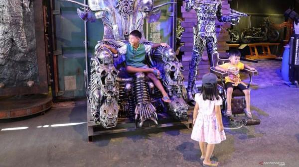 Anak-anak bermain di Ban Hun Lek, atau Rumah Robot Baja di Provinsi Ang Thong, Thailand.