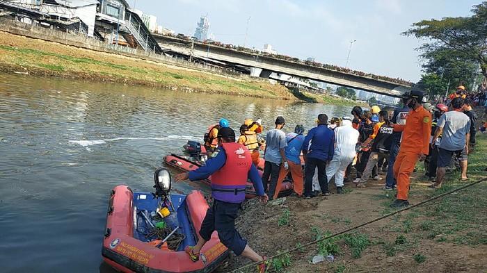 Evakuasi bocah tenggelam di Banjir Kanal Barat Palmerah.
