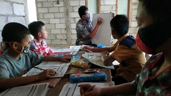 Guru SD di Pacitan Datangi Rumah Siswa untuk Mengajar Saat Pandemi COVID-19