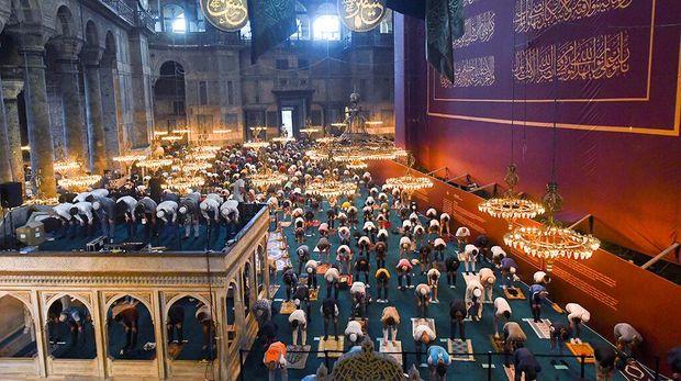 Untuk pertama kalinya dalam 86 tahun, Hagia Sophia melaksanakan ibadah Salat Idul Adha. Masyarakat memadati dalam hingga pelataran bangunan bersejarah tersebut.