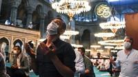Para jamaah juga diwajibkan memakai masker selama melaksanakan Salat Idul Adha.