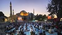 Tidak hanya di dalam masjid, masyarakat juga memenuhi pelataran Hagia Sophia.