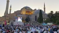 Layar raksasa ditempatkan di sudut masjid agar para jamaah dapat melihat khatib membaca khutbahnya.
