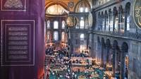 Selama salat berlamgsung, mosaik dan lukisan di Hagia Sophia ditutup sementara dengan tirai.