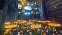Umat muslim melaksanakan Ibadah Salat Idul Adha di Masjid Agung Hagia Sophia, Turki.