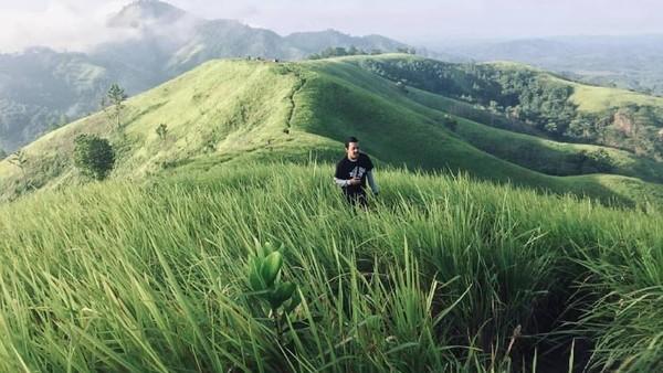 Layaknya bukit teletubbies, hamparan ilalang dan rumput hijau terpampang di Bukit Bahu. Panorama Sunrisenya pun begitu cantik. (Dimas Yoga/dTraveler)
