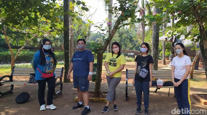 Nur (kiri) bersama keluarganya mengunjungi Ragunan