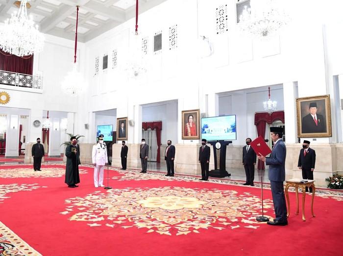Presiden Jokowi melantik Gubernur Kepri Isdianto.