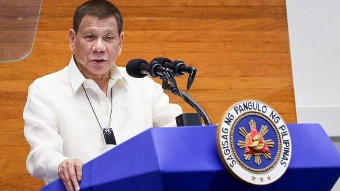 Rodrigo Duterte: Saya tidak bercanda- bersihkan masker dengan bensin