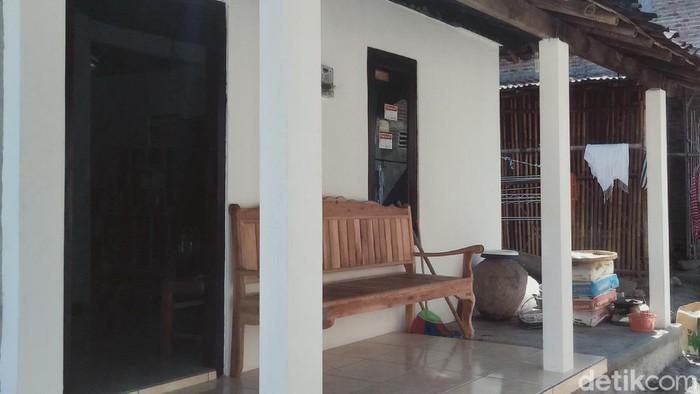Salah satu sudut teras tempat Mbah Minto biasa syuting dengan latar gentong dan anglo