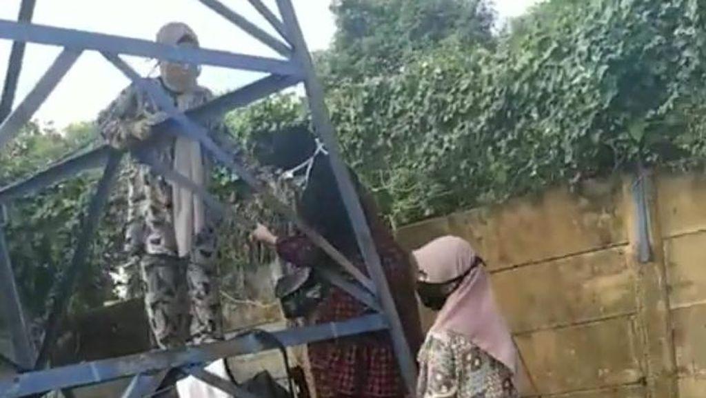 Bareng 3 Anak, Pria Ini Panjat Tower demi Ziarahi Istri di Makam Corona