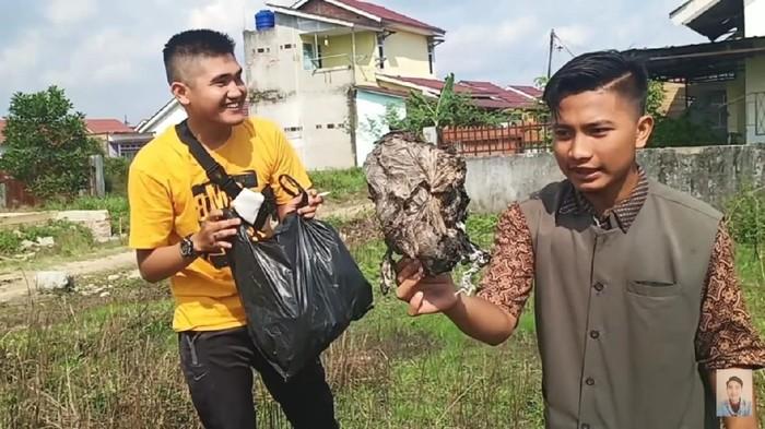 Video prank YouTuber prank memberi daging kurban yang ternyata berisi sampah (YouTube Edo putra Official)