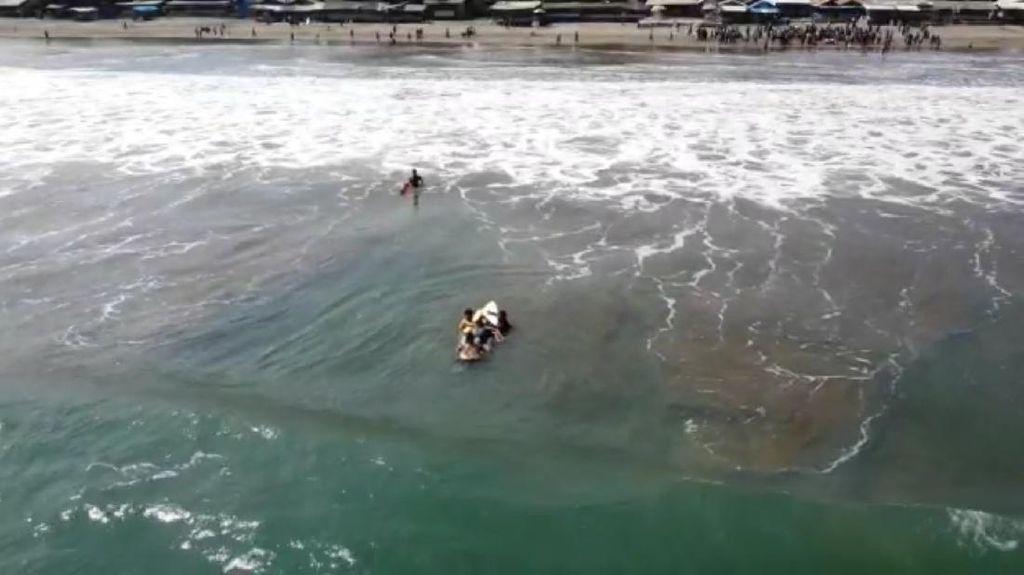 4 Wisatawan Nyaris Hilang Terseret Arus Pantai Citepus Sukabumi