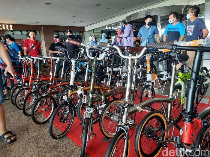 Di tengah pandemi virus Corona COVID-19, minat bersepeda justru sedang tinggi-tingginya. Gowesnya sih sehat, tapi kalau berkerumun apa tidak takut Corona? Pameran sepeda di Mangga Dua Square Jakarta Utara, Sabtu (1/8/2020)