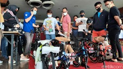 Di tengah pandemi virus Corona COVID-19, minat bersepeda justru sedang tinggi-tingginya. Gowesnya sih sehat, tapi kalau berkerumun apa tidak takut Corona?