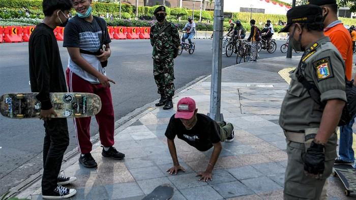 Sejumlah sanksi diberikan bagi warga yang tak pakai masker saat beraktivitas di tempat umum. Salah satu sanksi yang diberikan kepada pelanggarnya adalah push up