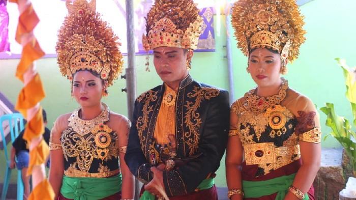 I Made Sukartayasa dan kedua istrinya
