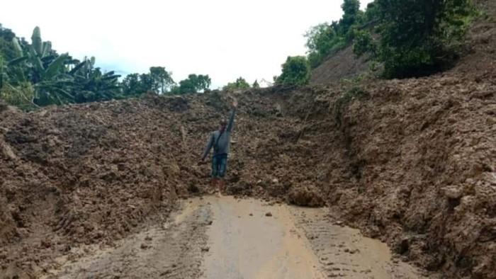 Jalan Trans Sulawesi di Donggala tertimbun longsor (Foto: Istimewa)