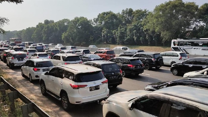 Kepadatan di Tol Jakarta-Cikampek pada pukul 15.30 WIB. (Foto: Ashri Fathan/detikcom)