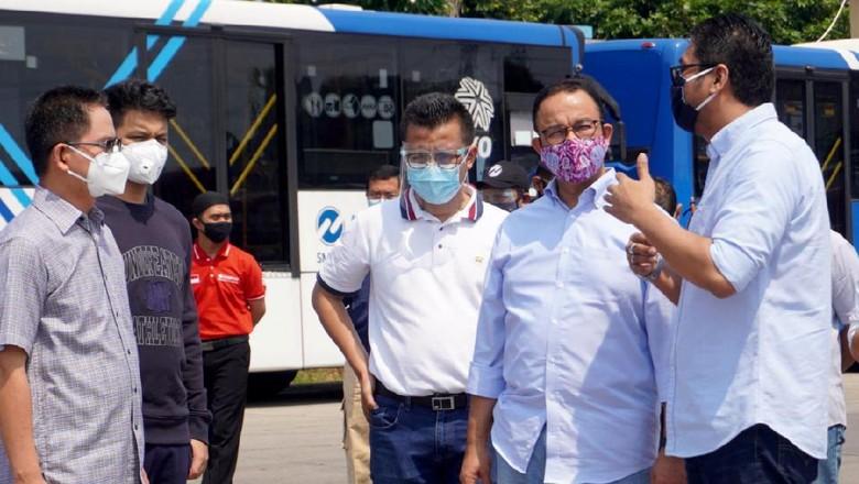 Gubernur DKI Jakarta Anies Baswedan bersama Direktur Utama PT Transjakarta Sardjono Jhony (kanan) saat meninjau kesiapaan armada bus Transjakarta di kantor pusat PT Transjakarta, Cawang, Jakarta Timur. PT TransJakarta menyatakan kesiapannya untuk mengantisipasi lonjakan penumpang di Ibu Kota saat pemberlakuan kembali ganjil genap pada Senin, 3 Agustus 2020.  Direktur Utama PT Transjakarta Sardjono Jhony menjelaskan bahwa sepuluh koridor yang bersinggungan langsung dengan jalur ganjil genap akan ditambah 25 persen dari total pengoperasian armada pada Juli