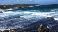 Pantai Krakal memiliki tebing yang bisa dinaiki. Dari sana traveler bisa melihat keindahan gemerlap air laut hingga deburan ombak dari ketinggian. (Annisa Aulia/dtraveler)