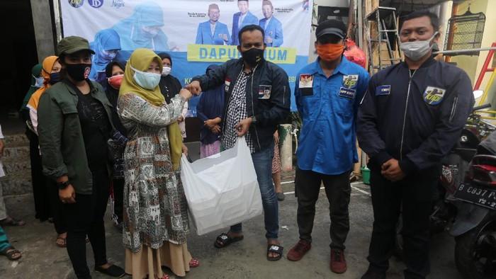 Ribuan paket makanan kurban disalurkan kepada warga di kawasan Jakarta. Paket makanan tersebut diberikan kepada masyarakat yang terdampak pandemi COVID-19.