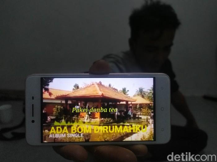 Seorang pria memperlihatkan video parodi penipuan di Canjur.