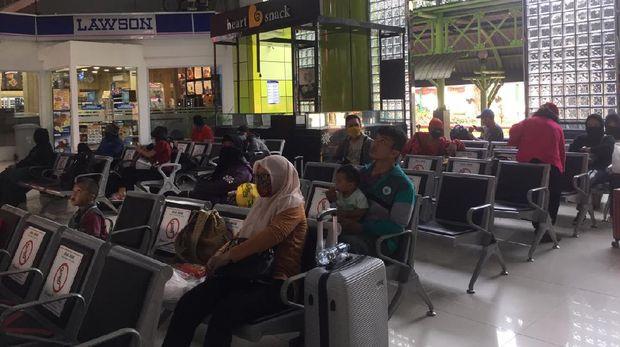 Suasana Stasiun Gambir di masa libur Idul Adha, Minggu (2/8).