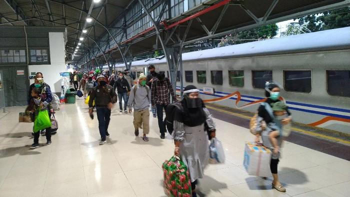 Suasana Stasiun Pasar Senen saat arus balik Idul Adha, Minggu (2/8).