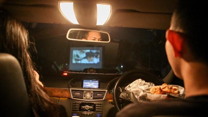 Bioskop drive-in jadi hiburan alternatif di masa pandemi COVID-19. Warga Tangerang pun ramai-ramai habiskan malam minggu dengan nonton film dari dalam mobil.
