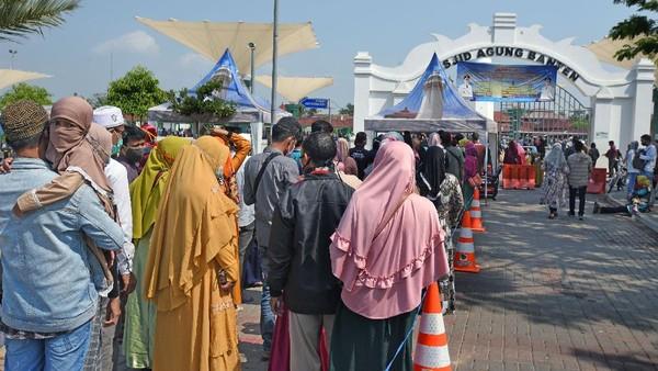 Libur Hari Raya Idul Adha 1441 H dimanfaatkan warga untuk berlibur bersama keluarga ke sejumlah tempat wisata di kawasan Banten, salah satunya Mesjid Agung Kesultanan Banten di Kasemen, Serang.