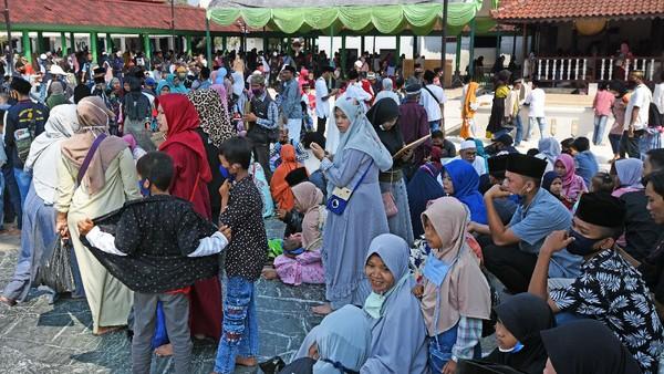 Tampak sejumlah orang tua mengajak serta anak-anak mereka untuk berwisata di saat libur Hari Raya Idul Adha 1441 H.