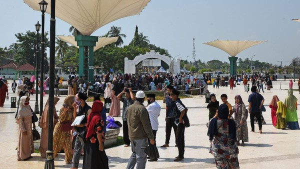 Sejumlah objek wisata di kawasan pesisir Barat dan Utara Banten dipadari wisatawan yang memanfaatkan libur Hari Raya Idul Adha 1441 H.