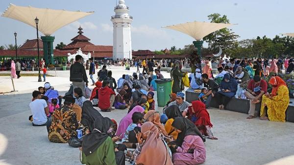 Sejumlah wisatawan memadati kawasan Wisata Religi makam Kesultanan Banten di Kasemen, Serang, Minggu (2/8/2020).