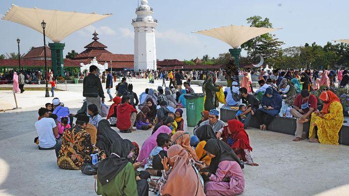 Momen libur Hari Raya Idul Adha dimanfaatkan warga untuk mendatangi tempat  wisata. Sejumlah objek wisata di Banten pun ramai dikunjungi para wisatawan.