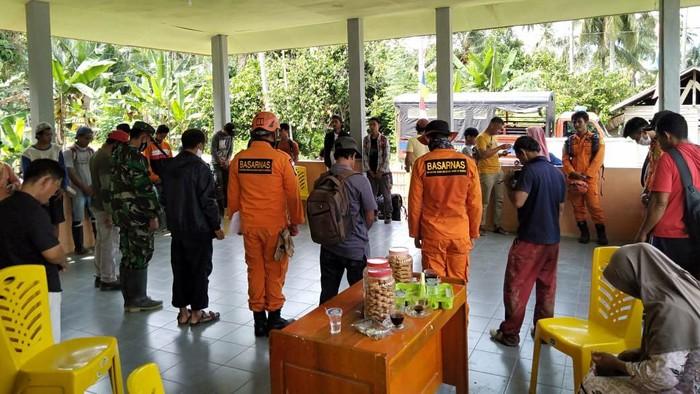 Tim SAR dan warga mencari 2 bocah kakak beradik suku Lauje yang hilang (Foto: Istimewa)