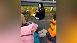 Aksi Nekat Sekeluarga Botram di Pinggir Jalan Tol Cipali