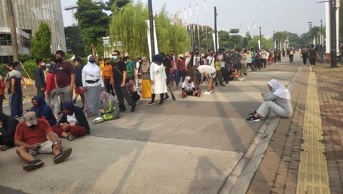 Warga mengantre untuk masuk ke ring road GBK (Foto: Jehan Nurhakim/detikcom)