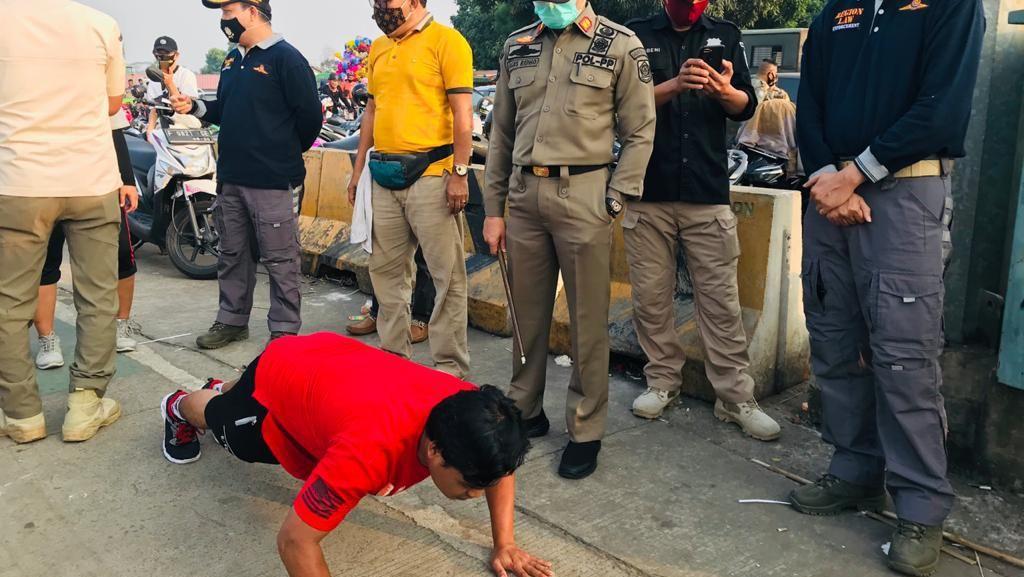 Tak Pakai Masker, Puluhan Warga Bogor Dihukum Push Up hingga Nyapu Jalan
