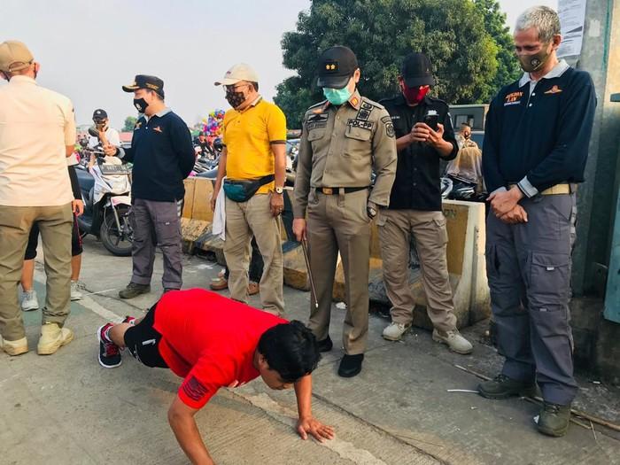 Warga tidak menggunakan masker diberi hukuman push up