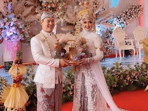 Viral Bikin Gemes, Makeup Artist Menikah Ikut Dandani Istri di Pelaminan